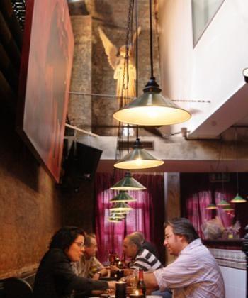 Enjoying the Spanish atmosphere  (Wendy Jiang/Epoch Times)