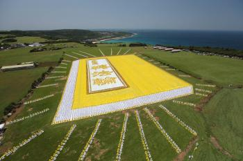 """On the morning of May 9, over six thousand Falun Gong practitioners gathered at the Puding Prairie in Kenting, Taiwan, and lined up to form an image of the book """"Zhuan Falun,"""" the basic text for Falun Gong. (Wu Bohua/The Epoch Times)"""
