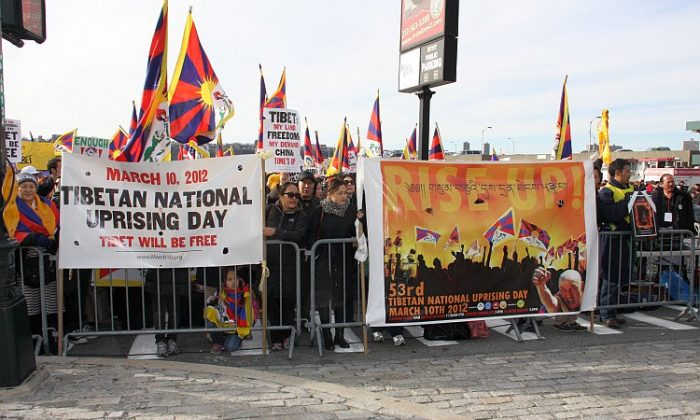 Tibetans and supporters appeal for Tibetan independence in front of the New York Chinese consulate on March 10. (Yi Yang/The Epoch Times)