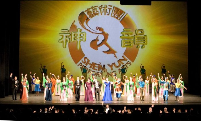 Curtain call for Shen Yun Performing Arts at the Kennedy Center Opera House. (The Epoch Times)