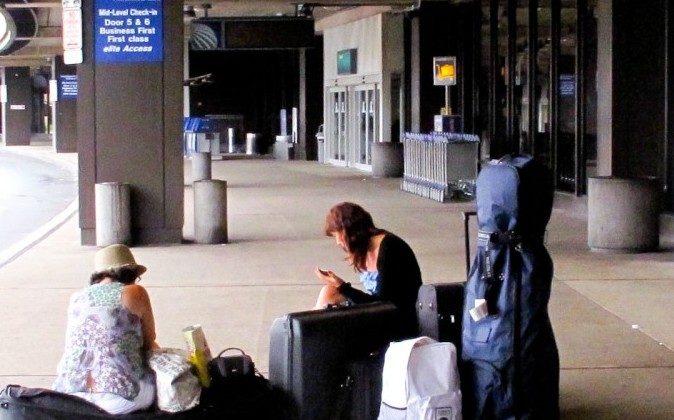 Passengers wait outside of Newark Airport (Youzhi/DJY)