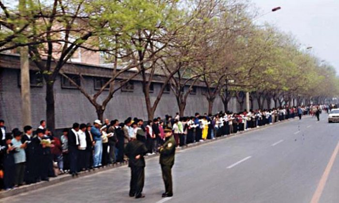 Falun Gong practitioners gathered around Zhongnanhai on April 25, 1999. (Photo courtesy Clearwisdom.net)