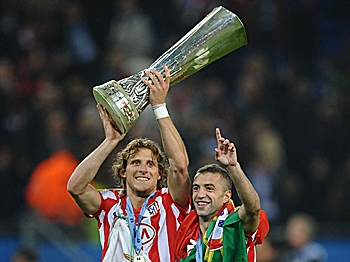 ATLETICO TRIUMPH: Two-goal hero Diego Forlan (left) raises the trophy in celebration. (Laurence Griffiths/Getty Images)