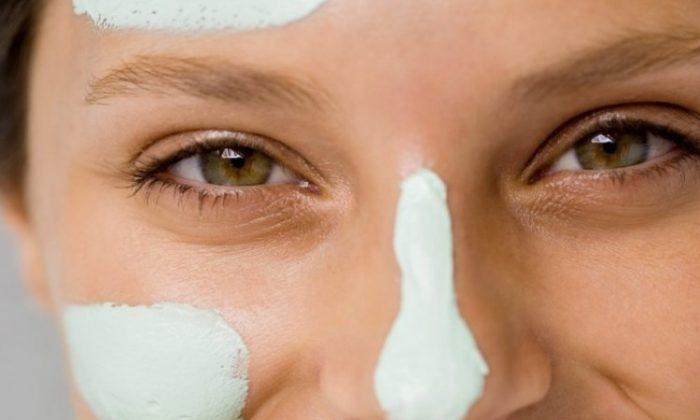 Raw oats helps combat dry skin. (Elena Elisseeva/Photos.com)