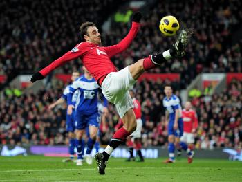 Manchester United's Dimitar Berbatov likes to score goals in bunches. (Shaun Botterill/Getty Images)