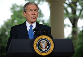 U.S. President George W. Bush delivers a speech from the porch of the Oval Office at the White House on July 31, 2008 in Washington, D.C.  Shawn Thew/Getty Images ()