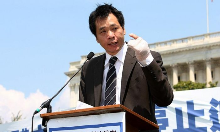 """Tang Baiqiao spoke at a rally on human rights in China in the summer of 2009; he was still wearing bandages on his hand after being attacked by unknown assailants, whom he believed to be """"thugs"""" instigated by the regime to send him a message. (Lisa Fan/The Epoch Times)"""