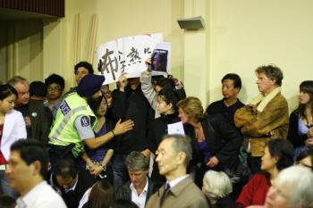 Chinese Students protesting against Rebiya Kadeer's NZ visit. (Jason Wang/The Epoch Times)