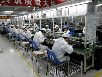 Workers produce the Chinese-made handsets 'Spice' at a semi-hightech factory in Shenzhen, southern China's Guangdong province on December 19, 2008.   (AFP/Getty Images)