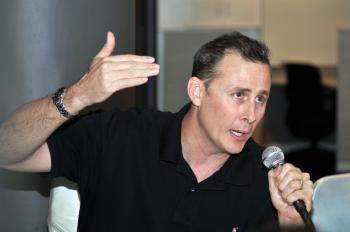 Chris De Weaver speaks at a Green Building forum hosted by GreenPearl April 28. (Mingguo/The Epoch Times)
