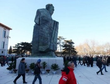 A bronze statue of Confucius in Tiananmen Square. (AFP/Getty Images)