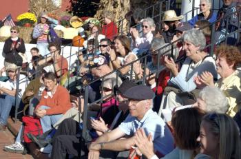 A crowd laughs on the Jonesborough Courthouse Steps. (The Epoch Times)