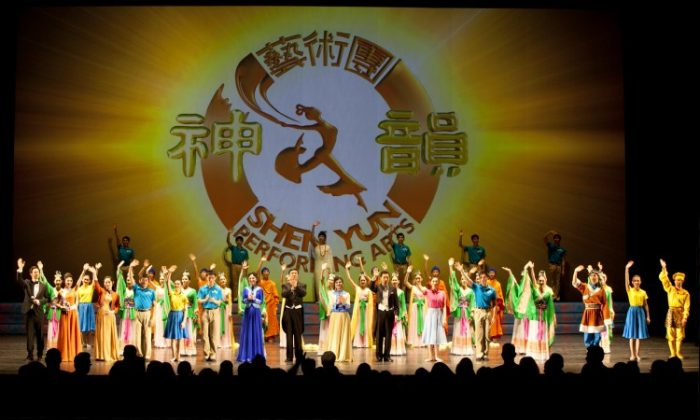 Curtain call at Shen Yun Performing Arts' Saturday performance, at the Detroit Opera House. (The Epoch Times)