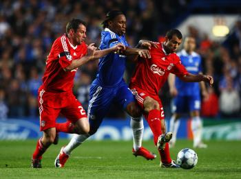 TENSE BATTLE: Didier Drogba (center) fights off Jamie Carragher (left) and Javier Mascherano in an incredible Champions League match on Tuesday. (Ryan Pierse/Getty Images)