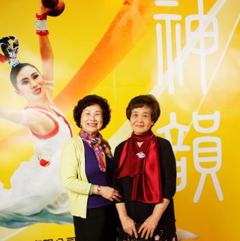 Ms. Shengjyun (R), a fashion designer and president of a clothing company, and fashion designer Mengna Hsiou(L) (The Epoch Times)