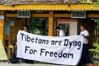 PROTEST IN BEIJING: Students for a Free Tibet displayed a banner in the Ethnic Minorities Park in Beijing on Aug. 13.  (Jeffrey Rae)