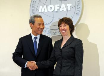 South Korean Trade Minister Kim Jong-Hoon (L) shakes hands with EU Trade Commissioner Catherine Ashton (R) during their meeting in Seoul on January 19, 2009. (Jing Yeon-Je/AFP/Getty Images)
