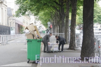 In the end, only Urvoas and Oberreit were allowed to be within 5 to 6 meters of the Chinese Embassy to unload the boxes of the 110,000 signatures. (Zhang Le/The Epoch Times)