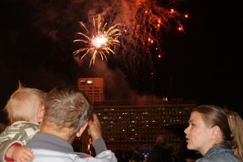 Fireworks enliven the evening. Yaira Yasmin/The Epoch Times ()