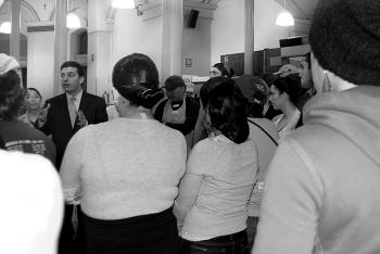 Councilman Eric Gioia (D-Queens) talks to students and organization volunteers at the Church of St. Francis Xavier soup kitchen about requiring community service in High Schools. (Catherine Yang/The Epoch Times)
