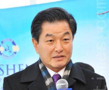 Korean National Assemblyman Shin Hack Yong makes it to the Shen Yun Performing Arts International Company's premiere in Goyang Arum Nuri on Jan. 29, 2011. (Lee You-jeong/Epoch Times Staff)