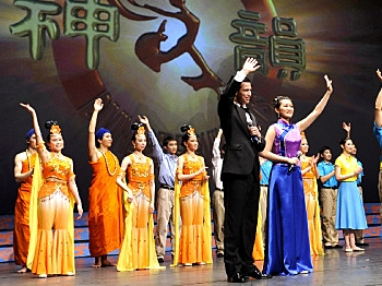 The performers accept audience adulation at the curtain call for the closing Houston show. (Dai Bing/The Epoch times)