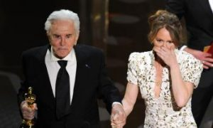 Kirk Douglas: Hollywood Legend Kirk Douglas Met With Standing Ovation at Oscars