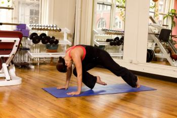 One-legged Prone Jack knife is great for strengthening the core and improving one's posture. Space courtesy of Fitness Results NYC. (Henry Chan/ The Epoch Times )