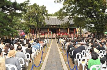 Seokjeon-daejae, 'Honor Confucius Day' is celebrated in South Korea on September 28, 2009. (Zheng Renquan/The Epoch Times)