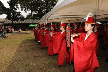 Traditional ceremonies mark Seokjeon-daejae, 'Honor Confucius Day' in South Korea. (Zheng Renquan/The Epoch Times)