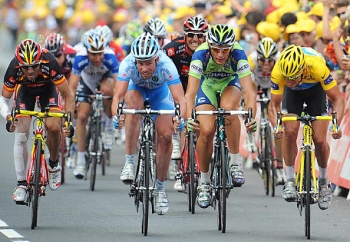 Kim Kirchen (R) sprints on the finish line with (From L) Alejandro Valverde, Stefan Schumacher and Filipo Pozzato at the end of the seventh stage of the 2008 Tour de France. (Pascal Pavani/AFP/Getty Images)