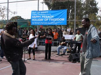 Music and dancing helps these refugees forget their woes briefly. (Yaira Yasmin/The Epoch Times)