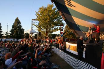 The audience at the 2007 Ottawa Folk Festival participates in the 'Alligator Song' performed by The Arrogant Worms. (Joyce MacPhee)