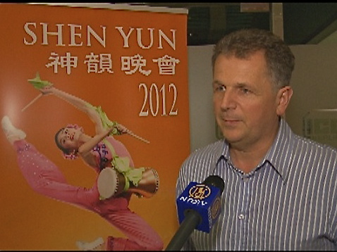 Ms. Ayadi Daniele (L) invited her daughter Ms. Johanna Guennoc to Shen Yun Performing Arts in Berlin. (The Epoch Times)