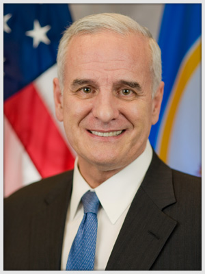 """Minnesota Governor Mark Dayton: """"As Governor of the State of Minnesota, I sincerely thank the members of the Shen Yun Performing Arts."""" (Courtesy of Governor's Office)"""