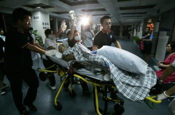 An injured person is rushed to the Shenzhen Medical Emergency Center.  (The Epoch Times Photo Archive)