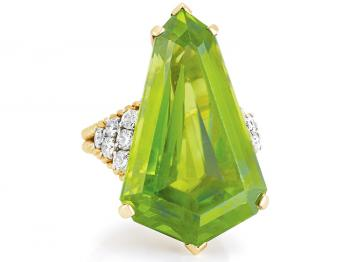 ESTATE JEWELRY: A gold, diamond, and peridot ring by Van Cleef & Arpels, estimated at $5,000-$7,000 will be offered at Doyle New York on April 13. (Courtesy of Doyle New York)