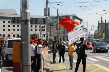 Chinese flag used as a weapon against the human rights banner. (Kamil Rakyta/The Epoch Times)