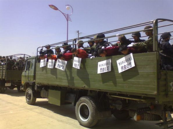 Chinese security forces transport Tibetan prisoners