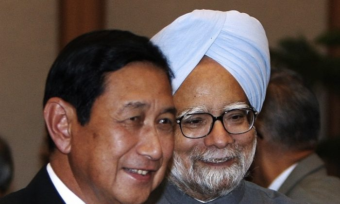 Indian Prime Minister Manmohan Singh (R) talks with Maung Aye in New Delhi on April 2, 2008. At the time Aye was vice senior general of the government of Burma. (Raveendran/AFP/Getty Images)