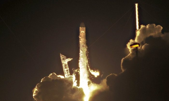 SpaceX's Falcon 9 rocket lifts off early May 22, 2012. The Dragon capsule crashed back to Earth on Thursday, landing in the Pacific Ocean. (Bruce Weaver/AFP/GettyImages)