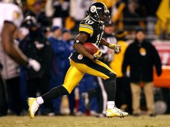 Santonio Holmes #10 of the Pittsburgh Steelers runs for a 65-yard touchdown against the Baltimore Ravens during the AFC Championship game on January 18.   (Al Bello/Getty Images)