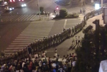 Local authorities dispatch over 1,000 police to the scene where taxi drivers staged a protest on the night of Oct. 6. (Weobo.com)