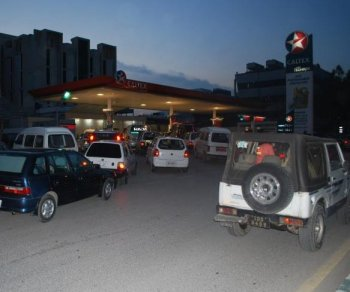 GAS RUSH: People line up to fill their tanks at a condensed natural gas (CNG) station in Islamabad, Pakistan, Thursday evening, Feb. 24. Due to government gas rationing, CNG stations are closed Fridays and Saturdays.  (Masooma Haq/The Epoch Times)