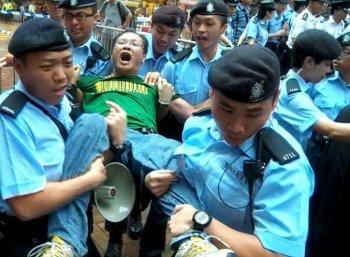 Police forcefully take away Alliance Deputy Chair Richard Choi Yiu-cheong. (Pan Zaishu/Epoch Times Staff)
