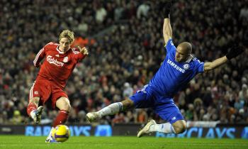 LATE WINNER: Liverpool's Fernando Torres (left) shoots past Chelsea's lunging defender Alex. (Andrew Yates/AFP/Getty Images)