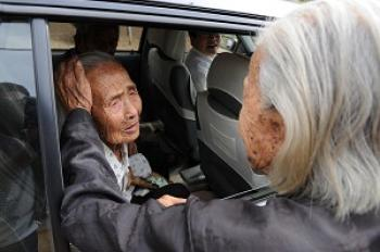 The world's oldest twin sisters were reunited at age 104. (The Epoch Times)