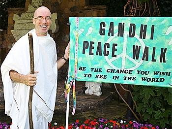 Dressed as Mahatma Gandhi, Dermot walks across America in a quest for peace.  (The Epoch Times)