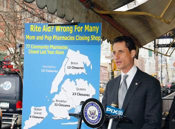 BAD RX? Rep. Anthony Weiner with a map of New York City independent pharmacies that have closed over the last year, as big chains have continued to grow.   (Li Xin/The Epoch Times)