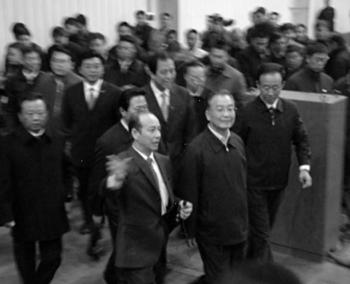 A screen grab from the Shinri website shows Wen Jiabao (center) with who is presumed to be Zhou Licheng (left), being shown around the Shinri facility, and remarking appreciatively on its achievements. (The Epoch Times)